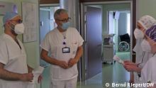 Bergamo 1 Jahr Pandemie. Doktor Sergio Angeretti (Mitte) bespricht sich mit Mitarbeiterinnen der neurologischen Station im Krankenhaus Giovanni XXIII in Bergamo, Italien. Aufgenommen am 09.03.2021. Foto: Bernd Riegert, DW, alle Rechte.