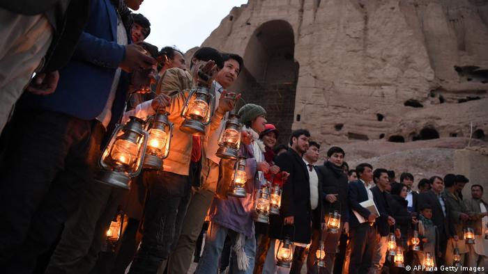 Gente con lámparas participa en una ceremonia en el valle de Bamiyán.