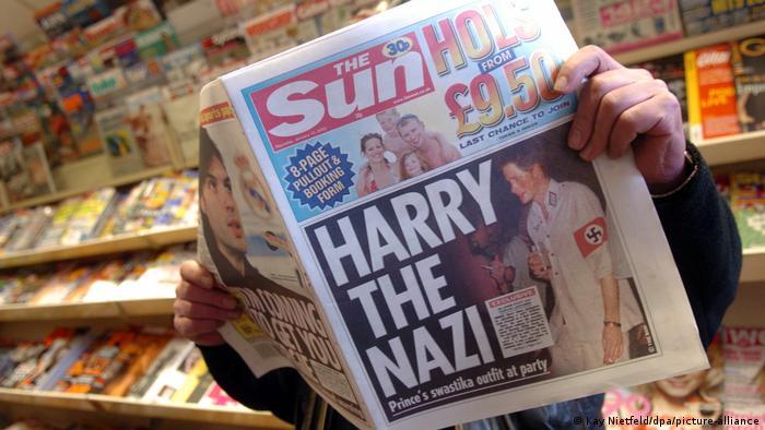 Eine britische Zeitung macht mit einem Bild des als Nazi verkleideten Prinz Harry auf