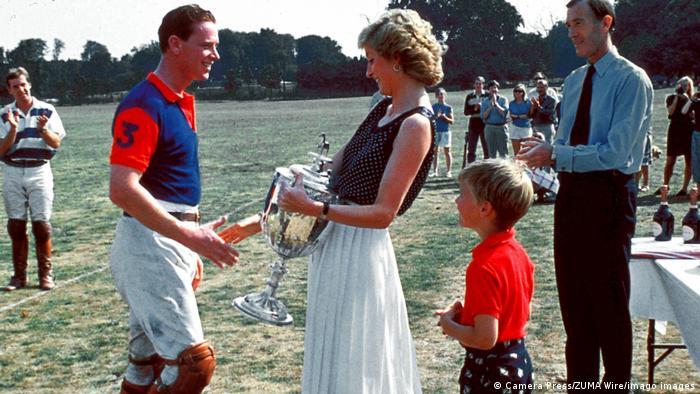 Prinzessin Diana gratuliert ihrem Reitlehrer James Hewitt nach einem Reitturnier