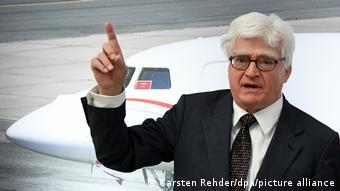 Винфрид Штёкер на фоне самолета