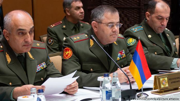 Артак Давтян (в центре) на заседании комитета ОДКБ в Алма-Ате в октябре 2018 года