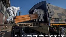 Italien Bergamo Ponte San Pietro Militärtransporter fahren Särge