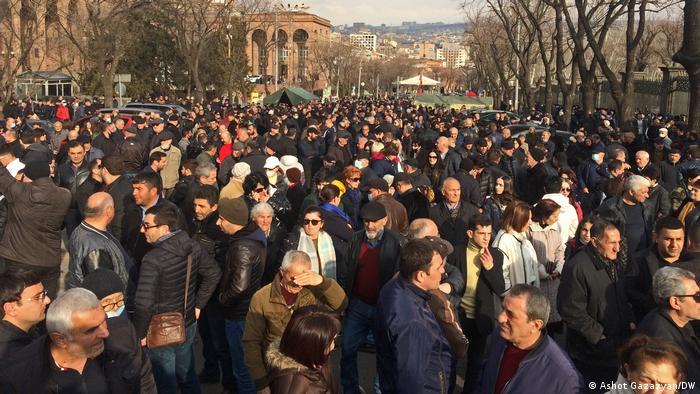 Protestas en Ereván, Armenia, delante del Parlamento. (10.03.2021).