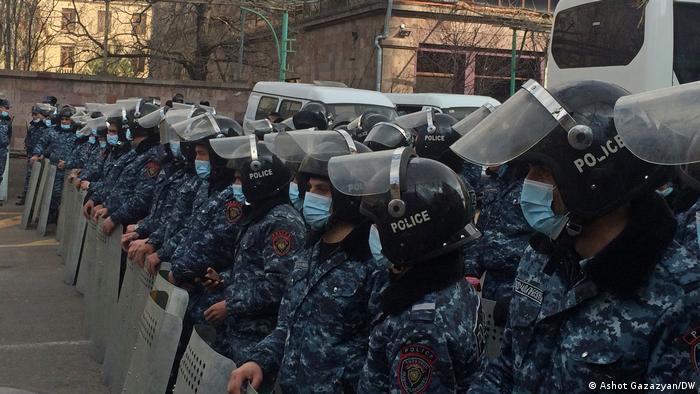 La Policía armenia, ante una protesta de la oposición cerca del Parlamento, en Ereván. (10.03.2021).