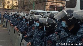 Армянская полиция возле здания парламента