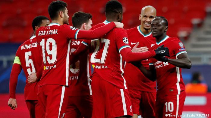 لاعبو ليفربول يحتفلون بالهدف الثثاني في مرمى فريق لايبزيغ الألماني.