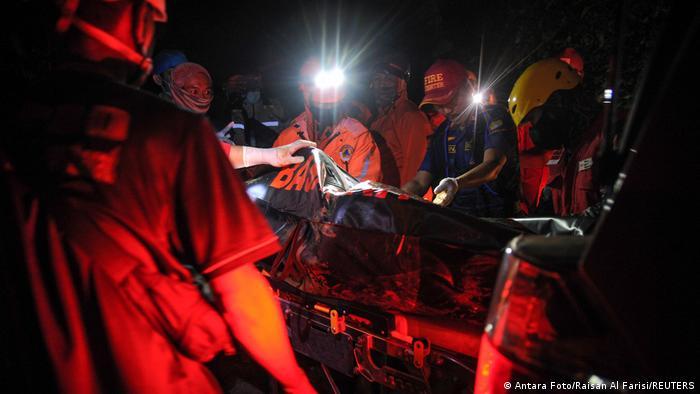 Спасатели на месте крушения школьного автобуса в Индонезии