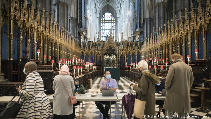 Velika Britanija je jedna od zemalja u kojoj se najbrže vakciniše. Ljudi na ovog fotografiji upravo su stigli na novootvoreno mesto za vakcinaciju – u Vestminstersku opatiju u Londonu.