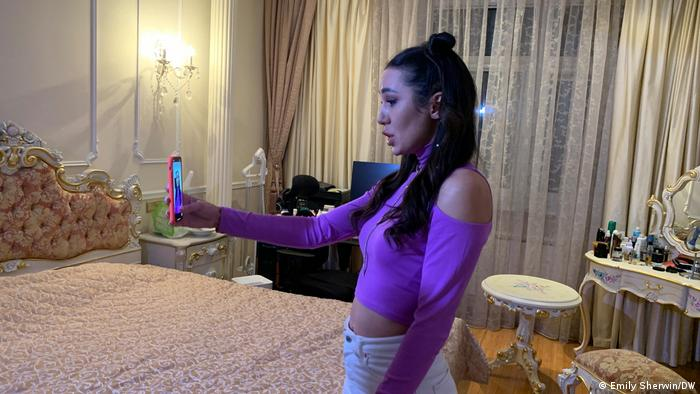 Diana Sonina films her latest video on fitness tips (Emily Sherwin/DW)