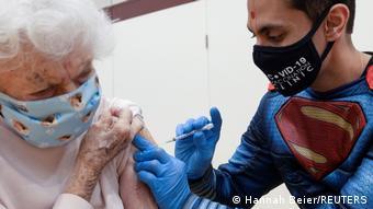 Weltspiegel 11.03.2021 | USA | Pharmazeut impft im Supermannkostüm die ältere Bevölkerung im ländlichen Pennsylvania