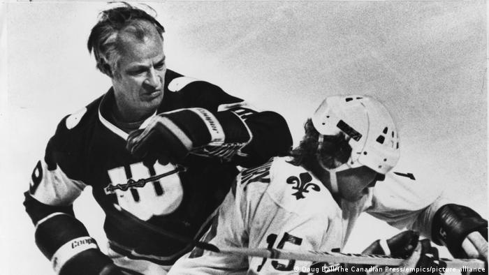 هاکی روی یخ یکی از ورزشهای سخت و خشن است. او در تیم نیوانگند ویلرز همتیمی پسران خود، مارک و مارتی بود. هاو فصل ۱۹۷۹/۱۹۸۰ دوباره به لیگ ملی هاکی کانادا بازگشت و ۸۰ بازی با ۴۱ گل زده انجام داد. او در مجموع یک هزار و ۷۶۷ بازی در لیگ ملی کانادا انجام داد که آخریناش در سن ۵۲ سالگی بود.