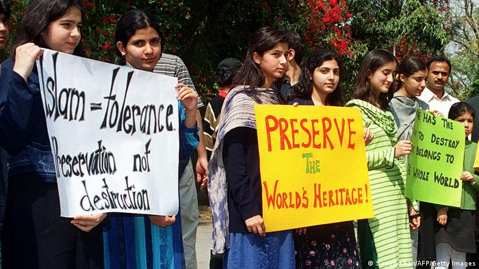 Protesta contra la destrucción de las estatuas.