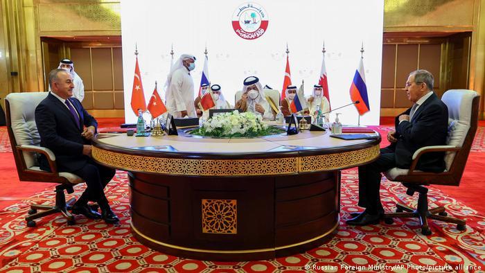 Главы МИД Турции, Катара и России на переговорах в Дохе