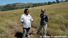 Lipasela Sissie Matela y y Nicky McLeod ayudan a las comunidades locales a tatuar sus ovejas para evitar conflictos por las zonas de pastoreo.