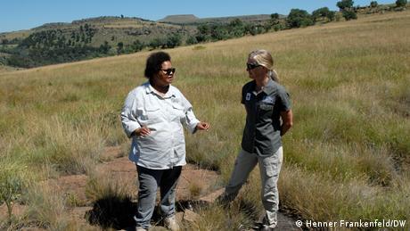 Lipasela Sissie Matela (l.) und Nicky McLeod vom ERS in einem vollständig renaturierten Grasland am Rande der Ortschaft Matatiele