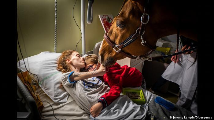 Una mujer abraza a su hijo en un hospital para enfermos de cáncer en Francia.