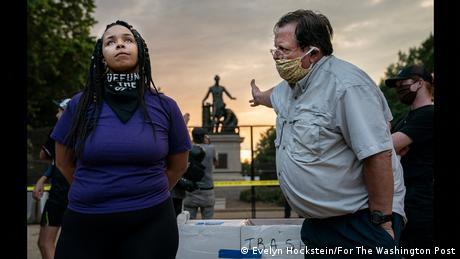 World Press Photo of the Year 2020: Um homem branco e uma mulher negra discutem sobre o Memorial da Emancipação em Washington, em foto de Evelyn Hockstein, vencedora na categoria de Notícias de Última Hora.