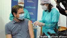 26.12.2020, Slowakei, Marek Krajci, Gesundheitsminister der Slowakei, wird im Universitätskrankenhaus gegen Corona geimpft. Auch in der Slowakei sind am 26.12.2020 erste Corona-Impfungen verabreicht worden, nachdem die ersten rund 10 000 Impfdosen der Firmen Pfizer und Biontech im Land eingetroffen waren. +++ dpa-Bildfunk +++