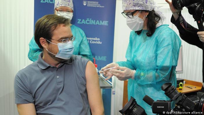 Министру здравоохранения Словакии Мареку Крайчи делают прививку от коронавируса