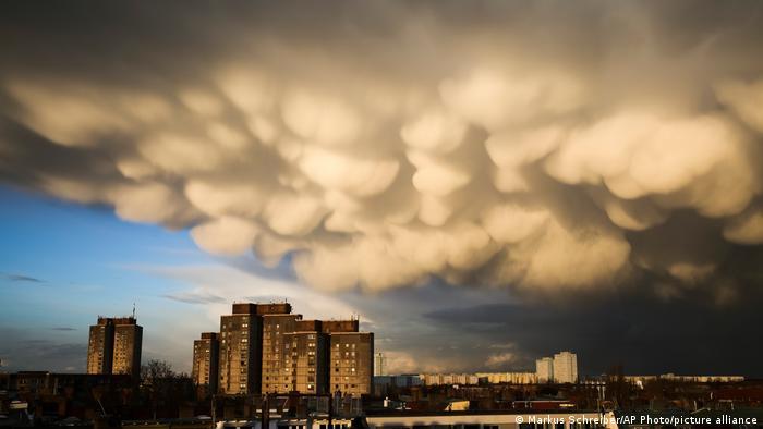 Vazduh trepti kao da nebo gori. Sprema se oluja. Oblaci se gomilaju na nebu iznad naselja Ernst Telman Park u Berlinu.