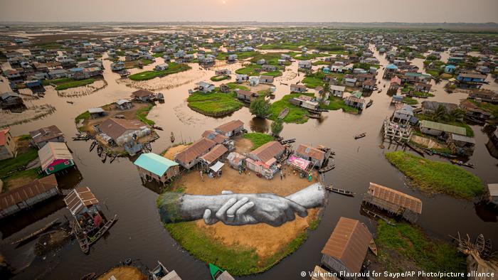 Dela francuskog umetnika Seipa uvek su monumentalna - majstor lend arta je ovde iskoristio 700 litara biorazgradivog pigmenta i tako nastavio svetsku turneju. Ali, i bez te slike, ovo je jedinstveni krajolik: Ganvi, selo od 20.000 stanovnika na jugu afričke države Benin, na jezeru Noku, tik uz Atlantski okean. Celo selo je izgrađeno od sojenica na ovom plavnom području.