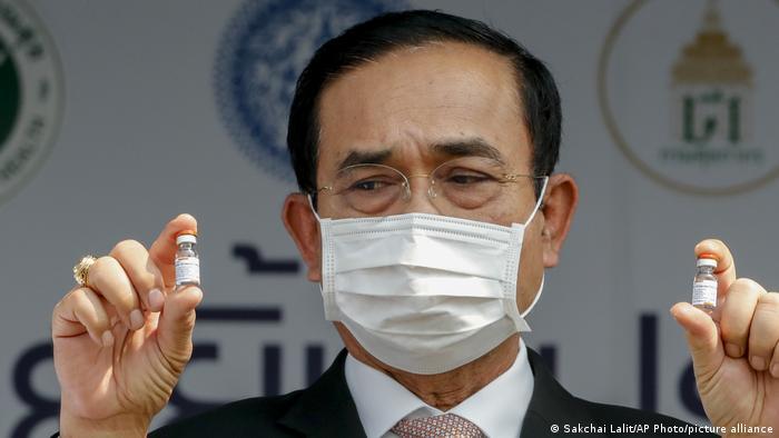 Thailands Premier Prayuth Chan-o-cha bei der Präsentation des Sinovac-Vakzins aus China (24.02.2021)