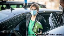 Annegret Kramp-Karrenbauer (CDU), Bundesministerin der Verteidigung, kommt mit einer Mund-Nasen-Bedeckung zur Sitzung des Verteidungsausschuss vor dem Paul-Löbe Haus des Bundestags an. In der Sitzung soll über die Vorgänge zu verschwundener Munition beim Kommando Spezialkräfte (KSK) beraten werden.