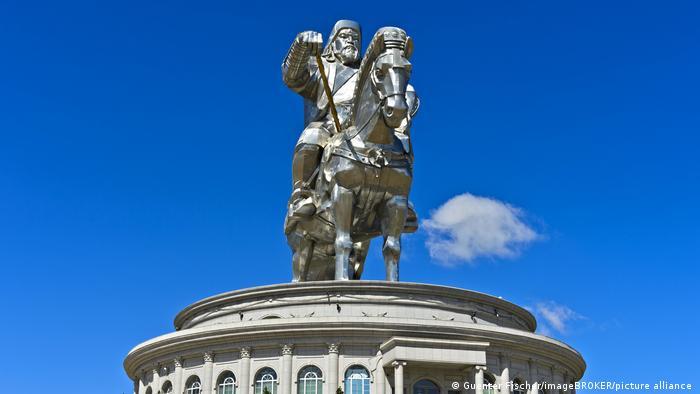 Памятник Чингиз-хану в Улан-Баторе