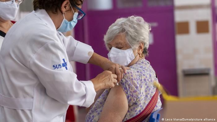 Idosa é vacinada por enfermeira do SUS