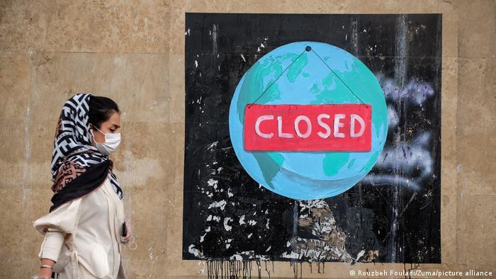 یکی از ویژگیهای گرافیتی یا دیوارنگاری، نشان دادن واکنش به رویدادها در خیابانهای شهر است. بستن مرزها برای مقابله با گسترش ویروس، تعطیلیهای گسترده و بسیاری از ممنوعیتها برای این هنرمند ایرانی حکایت از ویروسی دارد که جهان را به تعطیلی کشانده است.