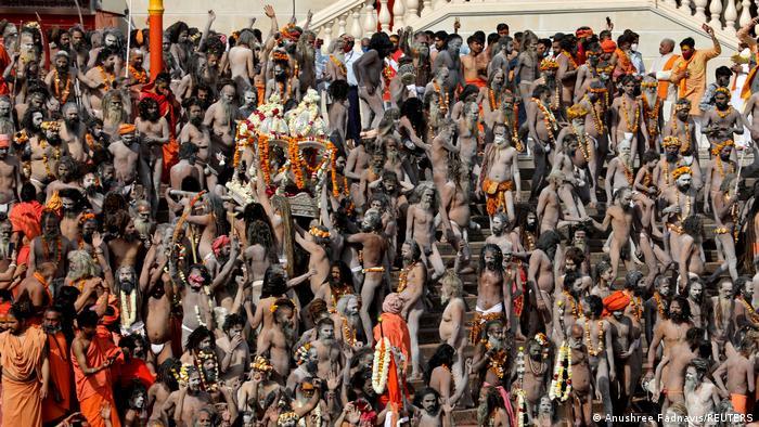 参与庆祝大壶节的信徒完全不考虑保持社交距离
