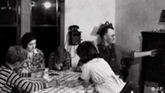 Familie beim Radio hören