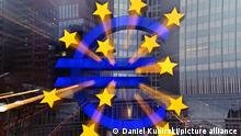 Символ євро на тлі будівлі Єврокомісії