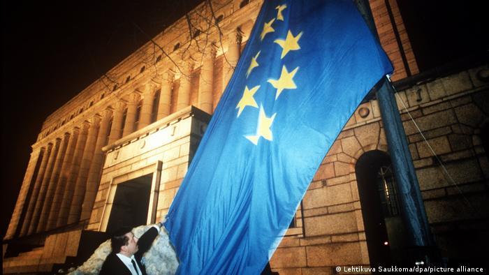 Флаг Евросоюза у здания парламента Финляндии в Хельсинки