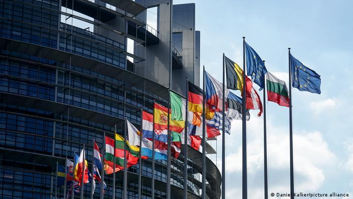 У здания Европарламента
