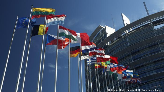 Bildgalerie 50 Jahre Römische Verträge I Fahnenmasten mit den Flaggen der EU-Staaten wehen vor dem Gebäude des Europaparlaments in Strasbourg