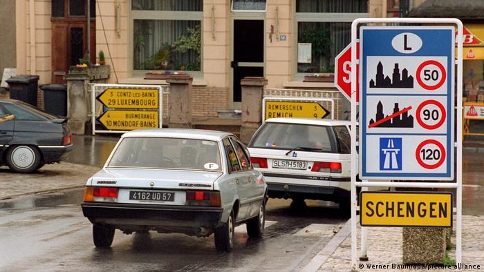 Автомобили на въезде в люксембургский город Шенген на границе с Германией