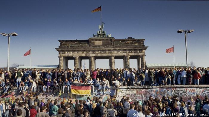 Bildgalerie 50 Jahre Römische Verträge I Fall der Berliner Mauer: Menschen aus Ost- und West-Berlin sind auf die Mauer am Brandenburger Tor geklettert, Berlin, Deutschland, Europa