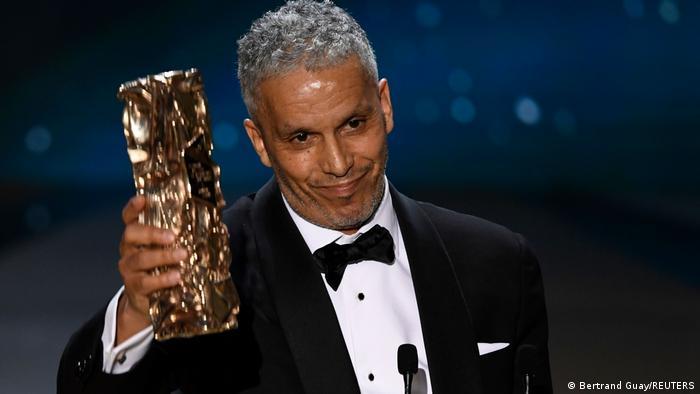 جایزه سزار برای بهترین نقش اول مردبه سامی بواجیله، هنرپیشه فرانسوی تونسیتبار رسید. او این جایزه را به خاطر درخشش در فیلم یک پسر دریافت کرد. بواجیله در سال ۲۰۰۶ نیز در جشنواره کن به عنوان بهترین بازیگر مرد انتخاب شده و به افتخاری مهم دست یافته بود.
