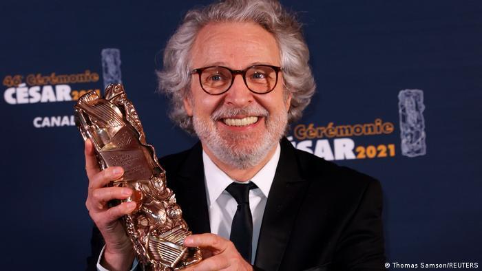 فیلم خداحافظ، احمقها در مجموع برنده بزرگ این دوره ازمراسم اهدای جوایز سزار بود. نیکولا ماری (تصویر)، یکی از نقشآفرینان این فیلم نیز جایزه بهترین بازیگر مکمل مرد را به دست آورد. فیلم خداحافظ، احمقها اندکی پیش از در گرفتن بحران کرونا و بسته شدن سینماها به روی پرده رفت و با استقبال فراوانی روبرو شد.