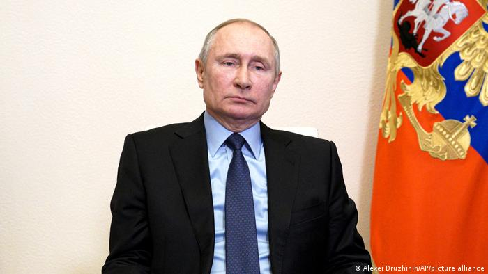 Russia: Vladimir Putin signs law allowing him to rule till 2036 | News | DW | 05.04.2021