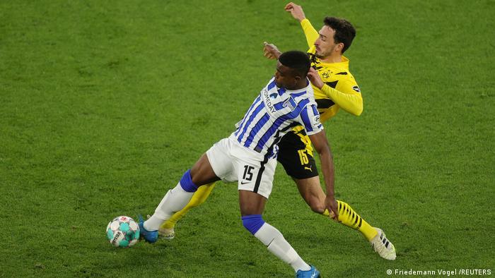 Hertha Berlins Jhon Cordoba kämpft gegen Borussia Dortmunds Mats Hummels um den Ball.