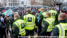 Einsatzkräfte der Polizei sichern eine Demonstration der Bewegung «Es reicht!» auf dem Trammplatz. Knapp 800 Menschen haben nach Angaben der Polizei am Samstag in Hannover gegen die aktuelle Corona-Politik demonstriert. +++ dpa-Bildfunk +++