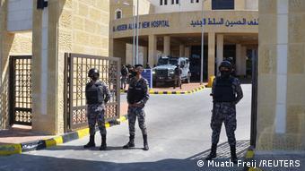 Иорданские полицейские у здания больницы