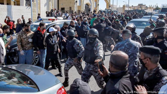 Протестувальники та правоохоронці біля лікарні в йорданському місті Салт