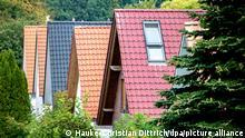 26.09.2020, Niedersachsen, Oldenburg: Mit Dachziegeln in verschiedenen Farben gedeckte Haeuser stehen in einer Strasse im Stadtteil Eversten. Foto: Hauke-Christian Dittrich