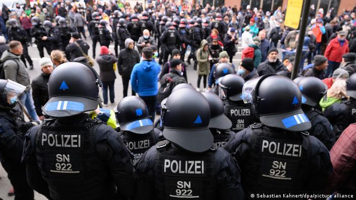Manifestantes do movimento Querdenken enfrentam polícia alemã em Dresden em março de 2021