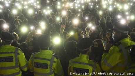 Αστυνομική βία σε ολονυχτία για τη Σάρα Έβεραρντ