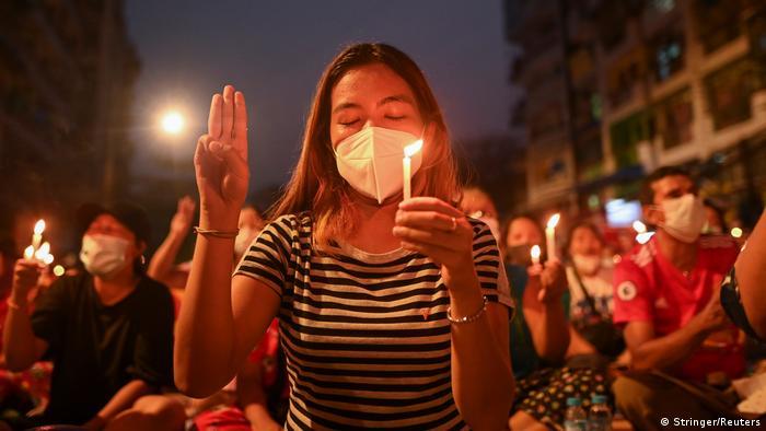 Мирні протестувальники у М'янмі